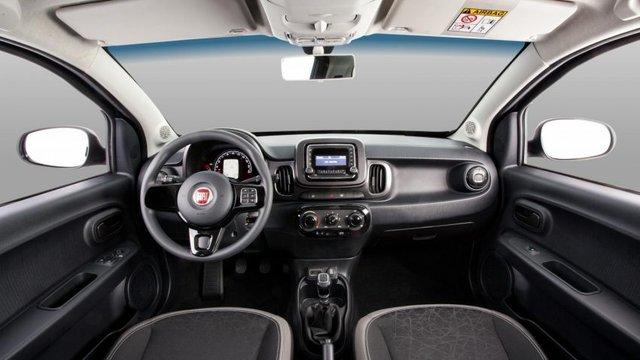Bên trong Fiat Mobi Like có cửa sổ và khóa chỉnh điện, máy tính hành trình, chìa khóa điều khiển từ xa và cần gạt kính chắn gió sau với tính năng sấy kính.