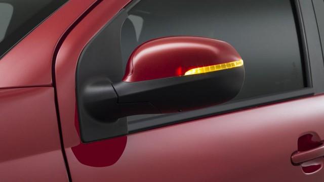 Hiện đại hơn là bản Like On với đèn sương mù, cảm biến đỗ xe, gương chỉnh điện tích hợp đèn báo rẽ, nút điều khiển nằm trên vô lăng, radio, hỗ trợ chân trái cho người lái, giá đỡ cốc và dây đai an toàn.