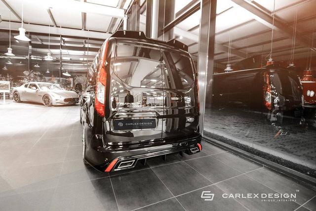Ford Transit Connect vốn là mẫu xe Van được sinh ra để chở người. Do đó, Ford Transit Connect có thiết kế tiêu chuẩn khá hiền lành và đơn giản. Thậm chí, có người còn cảm thấy Ford Transit Connect không khác gì chiếc hộp di động và ít cuốn hút. Tuy nhiên, qua tay hãng độ Carlex Design, Ford Transit Connect dường như lột xác để trở nên thể thao và ấn tượng hơn.
