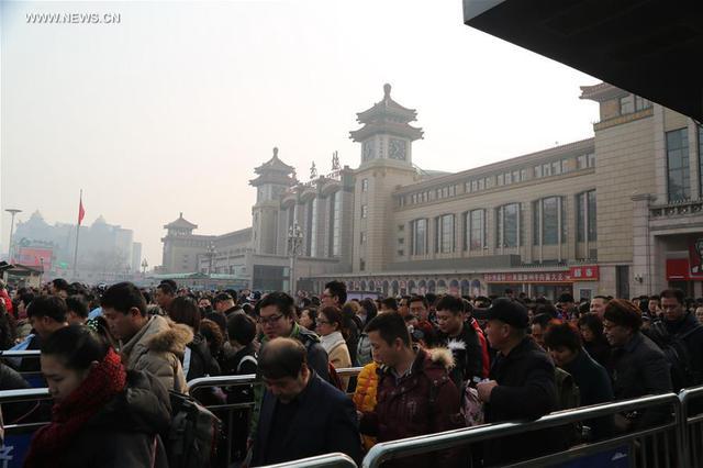 Người dân xếp hàng tại ga tàu Bắc Kinh.
