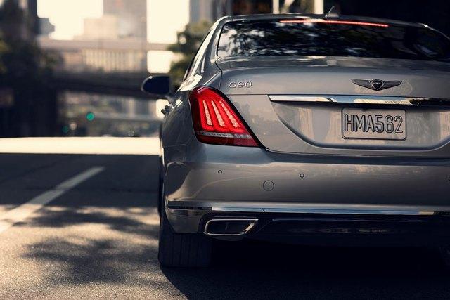Chưa hết, các kỹ sư của hãng Hyundai còn cải tiến để giảm độ ồn và rung giật cho nội thất bên trong Genesis G90. Vật liệu cách âm đặc biệt xuất hiện khắp nơi trong khoang lái. Đó là còn chưa kể đến kính cách âm trên mọi cửa sổ.
