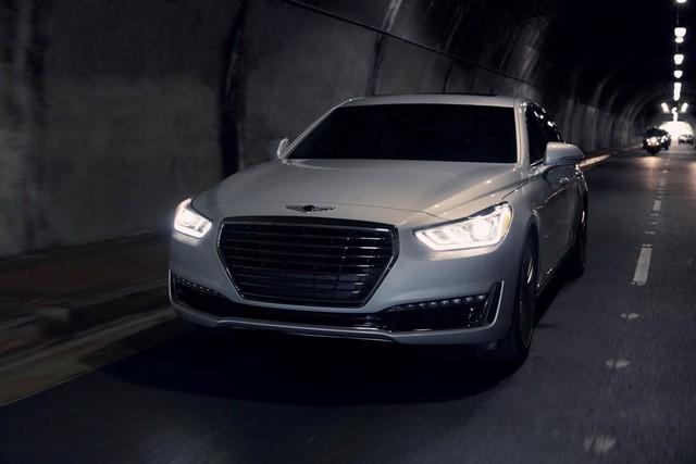Theo ông Dave Zuchowski, CEO của Hyundai Bắc Mỹ, Genesis G90 sẽ lập tức khiến người ngắm liên tưởng đến những dòng xe sang như Mercedes-Benz S-Class. Trên đầu xe có lưới tản nhiệt nổi bật, cụm đèn pha LED toàn phần, dải đèn LED chiếu sáng ban ngày. Tuy nhiên, so với Mercedes-Benz S-Class, Genesis G90 hứa hẹn sở hữu giá bán thấp hơn hẳn để dễ dàng lôi kéo khách hàng.