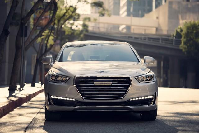 Động cơ V8 giúp Genesis G90 tăng tốc từ 0-100 km/h trong 5,7 giây, chậm hơn 1 giây so với Mercedes-Benz S500.