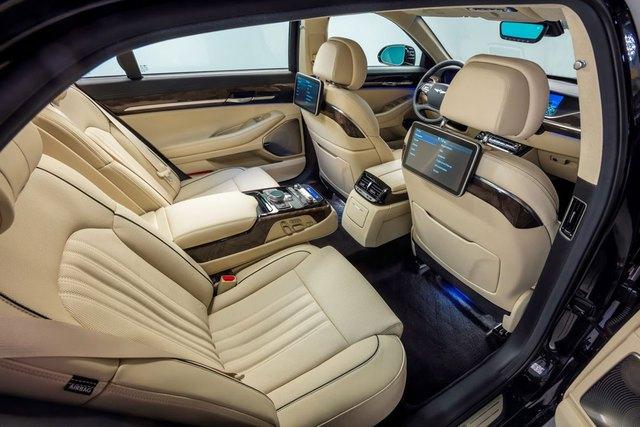 Đằng sau là ghế chỉnh điện 12 hướng trên Genesis G90 V8. Ghế có thể trượt hay ngả để mang đến cảm giác thoải mái nhất cho người ngồi. Ngoài ra, trên tựa ghế trước còn có 2 màn hình 9,2 inch để hành khách tìm kiếm thông tin hoặc giải trí.