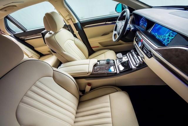 Tất nhiên, với những mẫu xe như Genesis G90, khả năng vận hành và an toàn không phải là mọi thứ. Bên cạnh đó, Genesis G90 còn gây ấn tượng với trang thiết bị tiện nghi bên trong xe. Để cạnh tranh với Mercedes-Benz S-Class, BMW 7-Series và Audi A8, Genesis G90 đi kèm ghế người lái chỉnh điện 22 hướng. Đệm lưng và vai ghế dành cho người lái đều có thể tùy chỉnh. Trong khi đó, ghế phụ lái có thể chỉnh điện 16 hướng.