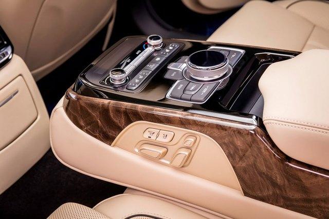 Khi bước vào bên trong Genesis G90, ngoài ghế, người sử dụng có lẽ còn chú ý đến màn hình 12,3 inch nổi bật trên bảng táp-lô. Tiếp đến là hệ thống âm vòm Lexicon Premium Sound System với 17 loa và loa trầm 10 inch.