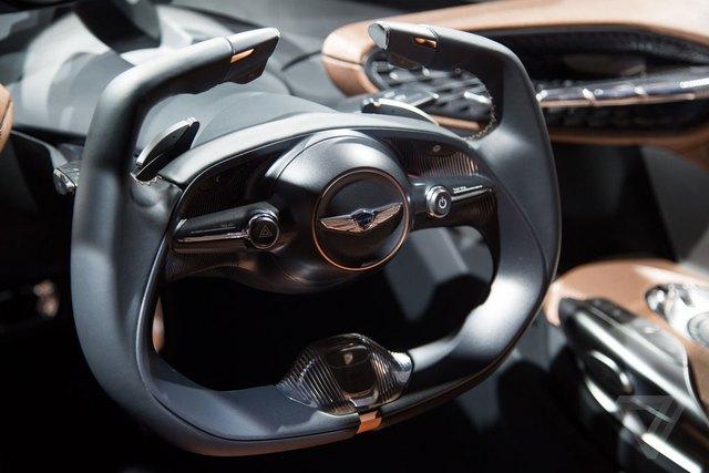 Bên cạnh đó là vô lăng hình chữ U giúp người lái quan sát đồng hồ dễ hơn và cải thiện khả năng điều khiển.