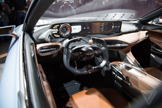 Bên trong Genesis New York Concept có màn hình dựng đứng với kích thước 21 inch để cung cấp thông tin về xe cũng như thực hiện những tính năng đa phương tiện. Màn hình két hợp với cụm đồng hồ dạng cơ truyền thống trước mặt người lái.