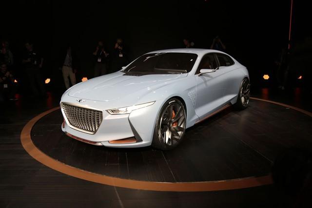 Trong triển lãm New York 2016, nhãn hiệu con Genesis mới thành lập của hãng Hyundai đã trình làng một mẫu xe concept hoàn toàn mới. Mang tên Genesis New York Concept, đây là hình ảnh xem trước cho một mẫu sedan hạng sẽ cạnh tranh với BMW 3-Series và Mercedes-Benz C-Class.