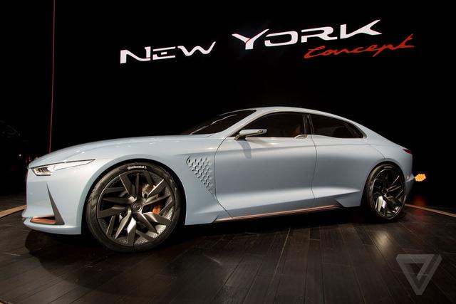 Thiết kế sườn xe đậm chất sedan thể thao với khoảng cách giữa đầu xe với trục trước ngắn. Trong khi đó, khoảng giữa giữa đuôi xe với trục sau lại dài hơn. Bên cạnh đó là nắp capô kéo dài. Hốc gió bên sườn hình lục giác là điểm độc đáo của Genesis New York Concept.