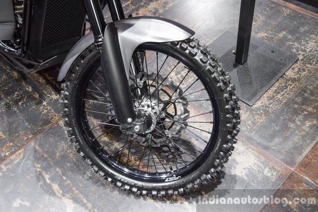Để có thể chạy off-road, chiếc Harley-Davidson 750 Stealth được bổ sung bộ vành nan hoa 21 inch khá lớn phía trước và 18 inch đằng sau. Cả hai vành đều đi kèm lốp gai của hãng Dunlop.