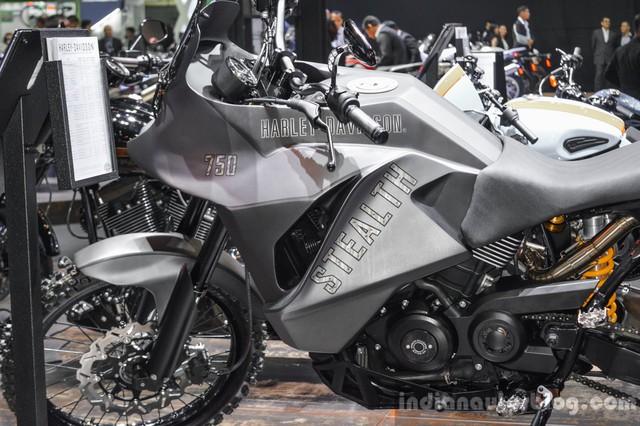 Trái tim của Harley-Davidson 750 Stealth là khối động cơ V-Twin Revolution X, làm mát bằng chất lỏng, dung tích 749 cc nguyên bản. Động cơ kết hợp với hai ống pô chế tạo riêng, nằm bên dưới đuôi xe. Cuối cùng là màu sơn độc đáo do hãng Bull Shop Chiang Mai tạo ra.