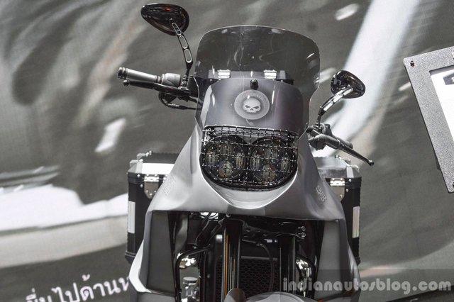 Anh Wilson đã chế tạo bộ quây, bình xăng và tay đòn của chiếc Harley-Davidson 750 Stealth bằng nhôm theo phương pháp thủ công. Trên đầu xe có tấm lưới nhỏ giúp bảo vệ cụm đèn pha đôi theo đúng chất xe adventure.