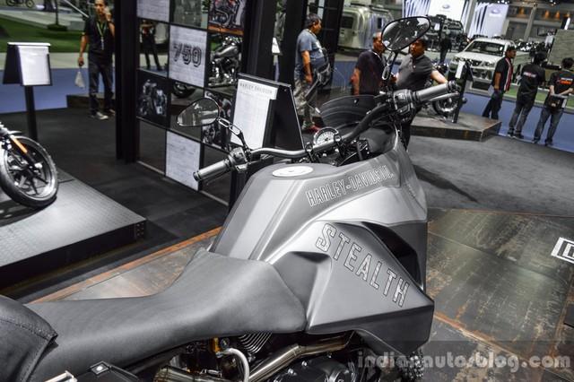 So với nguyên bản, bình xăng của Harley-Davidson 750 Stealth lớn và nằm cao hơn.