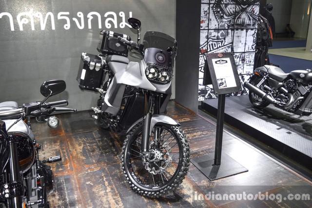 Adventure hiện là một trong những dòng mô tô được nhiều người yêu thích trên thế giới. Không ít hãng xe lớn đã tham gia vào phân khúc này như BMW hay Honda. Thế nhưng, bên cạnh đó, vẫn có những nhãn hiệu nói không với xe adventure, ví dụ như Harley-Davidson. Để giúp người hâm mộ biết một chiếc Harley-Davidson Adventure trông như thế nào, anh Richy Wilson đến từ Thái Lan đã bắt tay vào chế tạo 750 Stealth.
