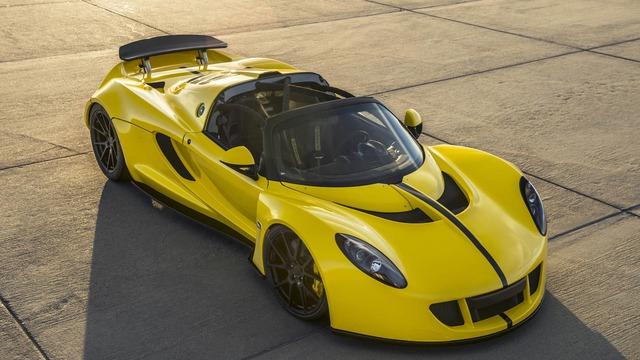Trái tim của Hennessey Venom GT Spyder là khối động cơ V8, Biturbo, dung tích 7.0 lít, sản sinh công suất tối đa 1.451 mã lực và mô-men xoắn cực đại 1.287 lb-ft. Sức mạnh được truyền tới bánh thông qua hộp số sàn 6 cấp. Nhờ đó, Hennessey Venom GT Spyder có thể tăng tốc từ 0-96 km/h trong thời gian dưới 2,4 giây.