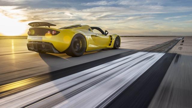 Khi cầm lái chiếc siêu xe Hennessey Venom GT Spyder, ông Smith đã đạt đến vận tốc 265,6 dặm/h, tương đương 427 km/h.