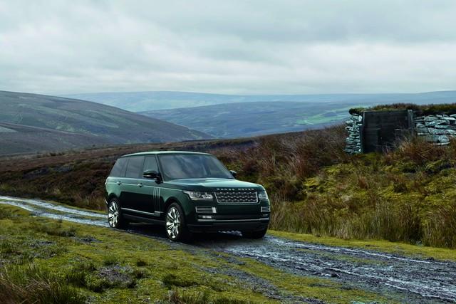Holland & Holland được phát triển dựa trên Range Rover SVAutobiography. Điểm nhấn của Holland & Holland Range Rover là màu sơn ngoại thất xanh lục độc đáo. Bên cạnh đó là huy hiệu Holland & Holland đặc biệt.