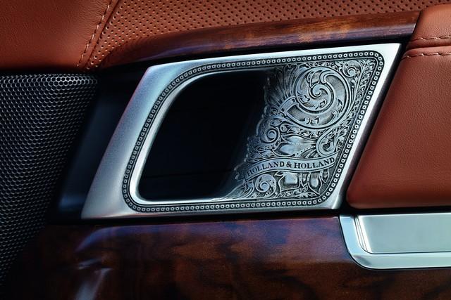 Ngoài ra, Range Rover đắt nhất trên thị trường còn có những chi tiết được trạm chổ...