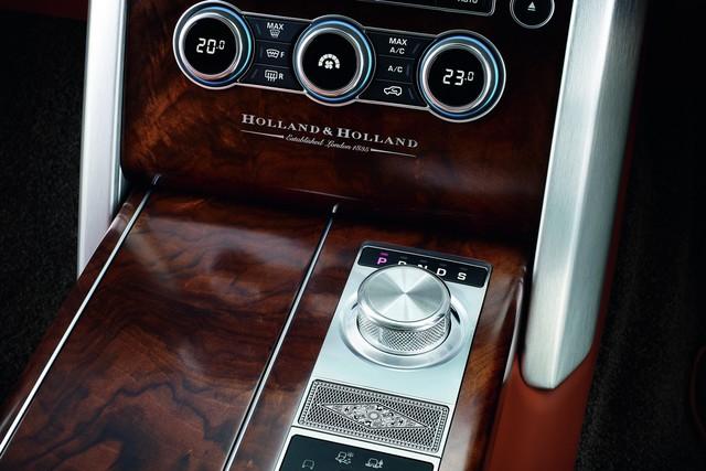 Tuy nhiên, những thay đổi lớn nhất của Holland & Holland Range Rover lại nằm ở bên trong nội thất. Bước vào bên trong Holland & Holland Range Rover, khách hàng sẽ tìm thấy chất liệu da cao cấp màu nâu và các chi tiết ốp gỗ óc chó của Pháp.
