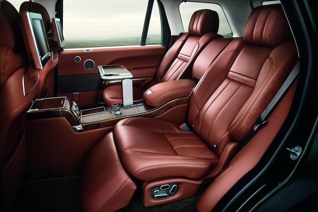 Đằng sau Holland & Holland Range Rover có 2 ghế độc lập chỉnh điện. Ở giữa là cụm điều khiển trung tâm đi kèm bàn chỉnh điện.