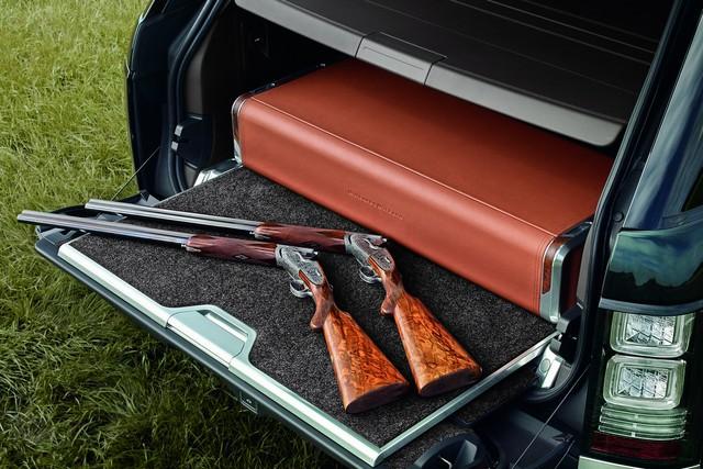 Chưa hết, trong khoang hành lý còn có một chiếc ngăn bọc da đựng 2 khẩu súng do Holland & Holland sản xuất.