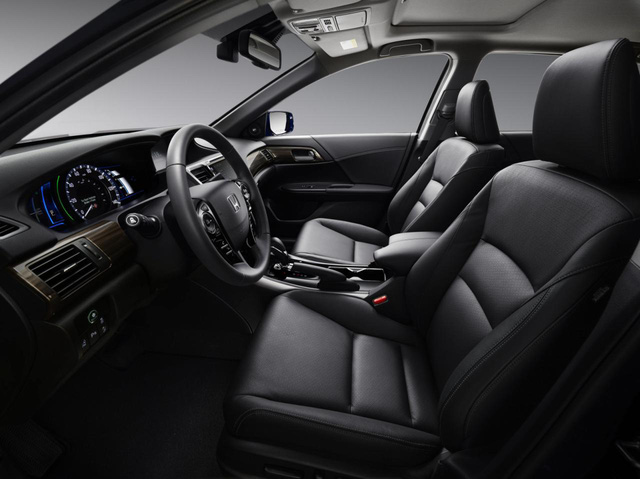 Theo hãng Honda, hệ dẫn động của Accord Hybrid 2017 làm việc theo 3 cách. Đầu tiên là chế độ EV truyền thống, giúp Honda Accord Hybrid 2017 hoàn thành quãng đường khá ngắn và tăng tốc chậm.