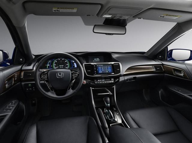 So với đối thủ Ford Fusion Hybrid, Honda Accord Hybrid 2017 không chỉ mạnh hơn 24 mã lực mà còn tiết kiệm nhiên liệu hơn.