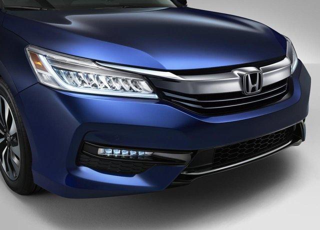 Tương tự phiên bản tiêu chuẩn, Honda Accord Hybrid 2017 cũng nhận những thay đổi về thiết kế như ngoại thất sắc sảo hơn, ứng dụng Android Auto và Apple CarPlay.