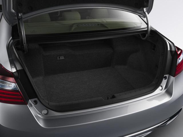 Những tính năng ít đáng chú ý hơn của Honda Accord Hybrid 2017 bao gồm nắp capô bằng nhôm mới và ắc-quy nhỏ hơn để không chiếm nhiều chỗ trong khoang hành lý.