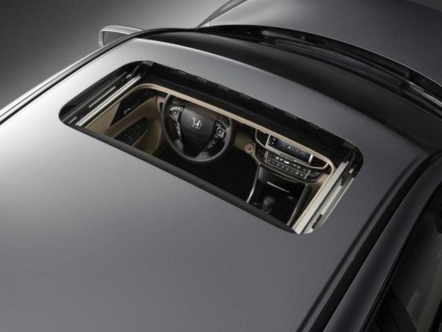 Tương tự khi so với Toyota Camry Hybrid, Honda Accord Hybrid 2017 mạnh hơn 12 mã lực và cũng có ưu thế về mặt tiết kiệm xăng.