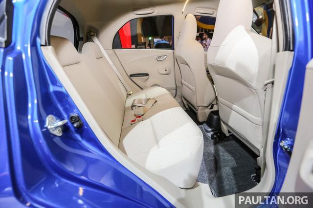 Ngoài ra, Honda Brio Satya bản E và S còn đi kèm ghế bọc nỉ màu be.