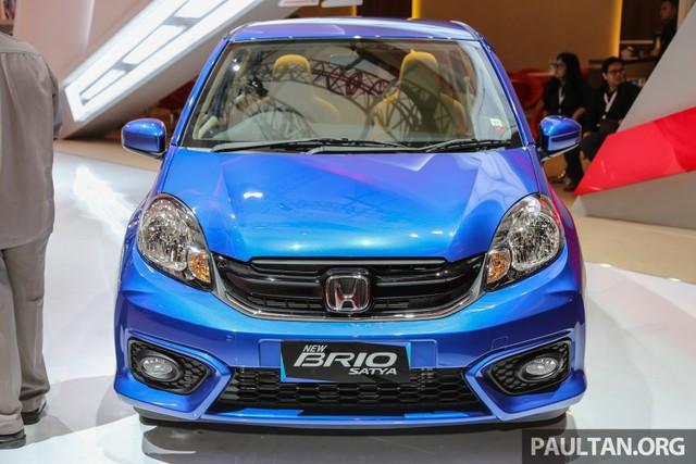 Đầu tiên, hãng Honda đưa phần đầu xe mới với cản va và lưới tản nhiệt khác biệt vào Brio Satya 2016.