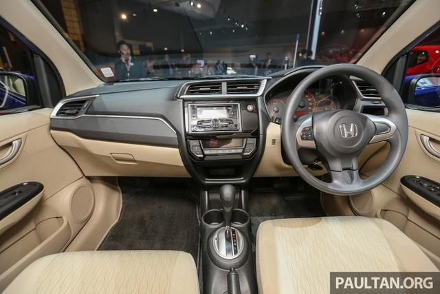 Bên trong Honda Brio Satya 2016 có nhiều thay đổi hơn so với ngoại thất. Hãng Honda đã trang bị bảng táp-lô mới theo phong cách của Jazz cho Brio Satya 2016. Nhờ đó, nội thất của Honda Brio Satya 2016 trông hiện đại và cao cấp hơn.