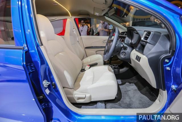 Bản E và S của Honda Brio Satya 2016 tại thị trường Indonesia được trang bị hệ thống giải trí 2-DIN JVC với màn hình cảm ứng 6,2 inch. Các bản trang bị ngoại trừ bản S tiêu chuẩn đều có nút chỉnh âm thanh nằm bên phải vô lăng.