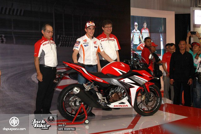 Hãng Honda đã tặng món quà Valentine bất ngờ cho người hâm mộ tại Indonesia bằng cách ra mắt mẫu mô tô thể thao CBR150R 2016. Đích thân hai tay đua của Honda là Dani Pedrosa và Marc Marquez đã ra mắt CBR150R 2016 tại trường đua quốc tế Sentul, Indonesia.