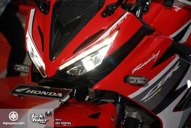Những trang bị nổi bật khác của Honda CBR150R 2016 là cụm đèn pha đôi dạng LED toàn phần, đèn xi-nhan LED, yếm trước sắc sảo hơn...