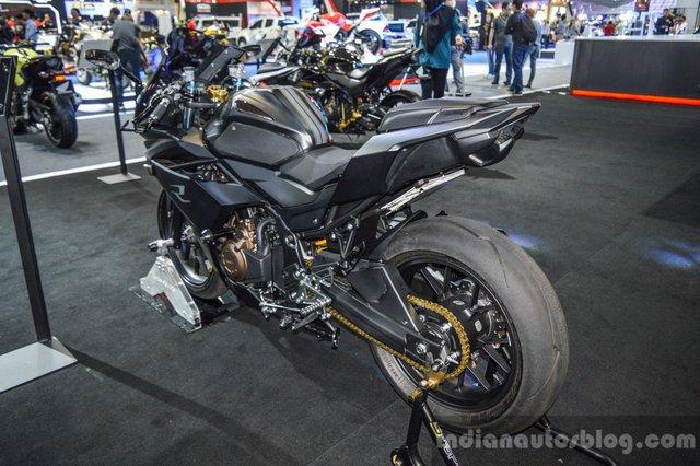 Nếu nhìn thoáng qua, nhiều người có thể không nhận ra đây là Honda CBR500R. Qua tay hãng độ K-Speed, mẫu mô tô thể thao của Honda được bổ sung bộ quây trước mới và màu sơn xám mờ hầm hố.