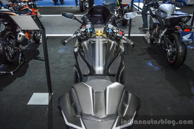Bộ quây bên sườn, tấm ốp bình xăng, yên xe mới và tay lái clip-on cũng là những chi tiết đáng chú ý khác của Honda CBR500R độ.