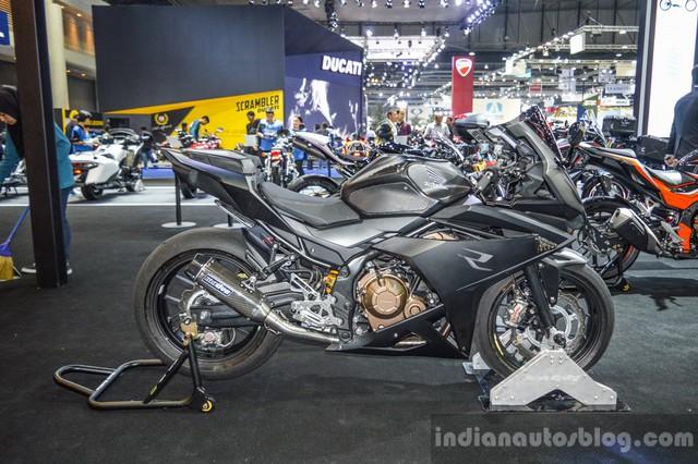 Triển lãm Bangkok 2016 không chỉ là sân chơi của các hãng sản xuất ô tô. Thay vào đó, triển lãm Bangkok 2016 còn là nơi gặp gỡ và khoe sản phẩm của các hãng độ mô tô. Một trong những chiếc mô tô độ được nhiều người chú ý nhất tại triển lãm Bangkok năm nay chính là Honda CBR500R của hãng K-Speed.