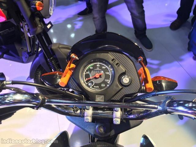 Ngoài ra, Honda Navi còn được trang bị bộ khung dạng underbone, phuộc ống lồng phía trước và giảm xóc lò xo thủy lực đằng sau. Lực hãm của xe bắt nguồn từ phanh tang trống 130 mm trên cả hai bánh. Cuối cùng là bộ lốp có kích thước 90/90-12 trước và 90/100-10 sau.