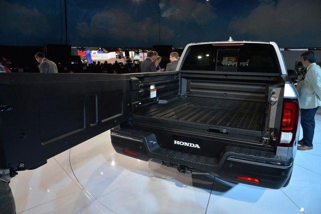 Tuy nhiên, tính năng thú vị nhất của Honda Ridgeline 2017 lại nằm ở hệ thống âm thanh tích hợp vào thùng sau. Đây là lần đầu tiên có một mẫu xe bán tải trên thế giới được trang bị tương tự. Hãng Honda đã tích hợp 6 bộ kích điện trong thùng sau của Ridgeline 2017 để tạo ra tiếng động từ hệ thống âm thanh 540 W trên xe.