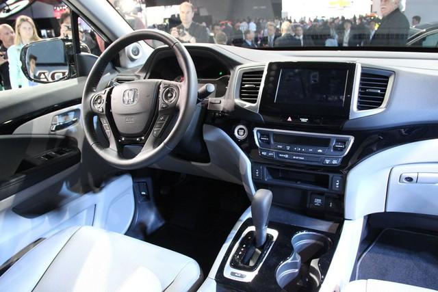 Bên trong khoang lái của Honda Ridgeline 2017 có hệ thống điều hòa không khí tự động 3 vùng, nút bấm khởi động máy và các chi tiết bọc da.