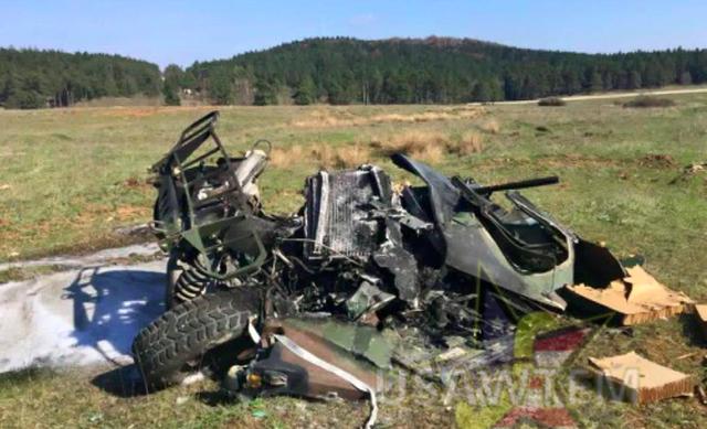 Chiếc xe Humvee nát bét sau khi rơi xuống đất.