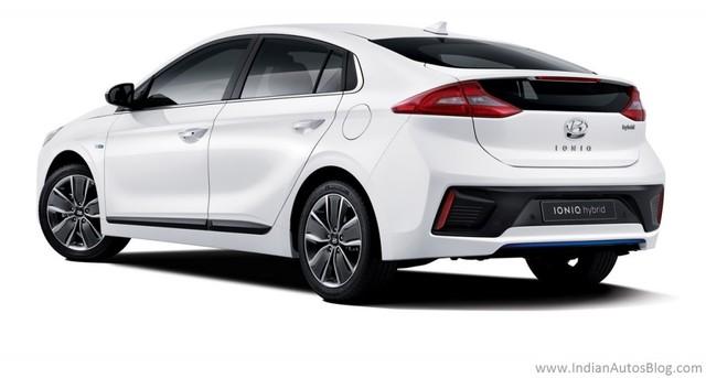 Trong đó, Hyundai Ioniq phiên bản hybrid sử dụng động cơ xăng Kappa GDi, 4 xy-lanh, hút khí tự nhiên, dung tích 1,6 lít, sản sinh công suất tối đa 105 mã lực và mô-men xoắn cực đại 147 Nm. Động cơ kết hợp với mô-tơ điện có công suất tối đa 43 mã lực và mô-men xoắn cực đại 170 Nm. Cả hai tạo ra sức mạnh tổng cộng 139 mã lực và 265 Nm cho Hyundai Ioniq Hybrid.