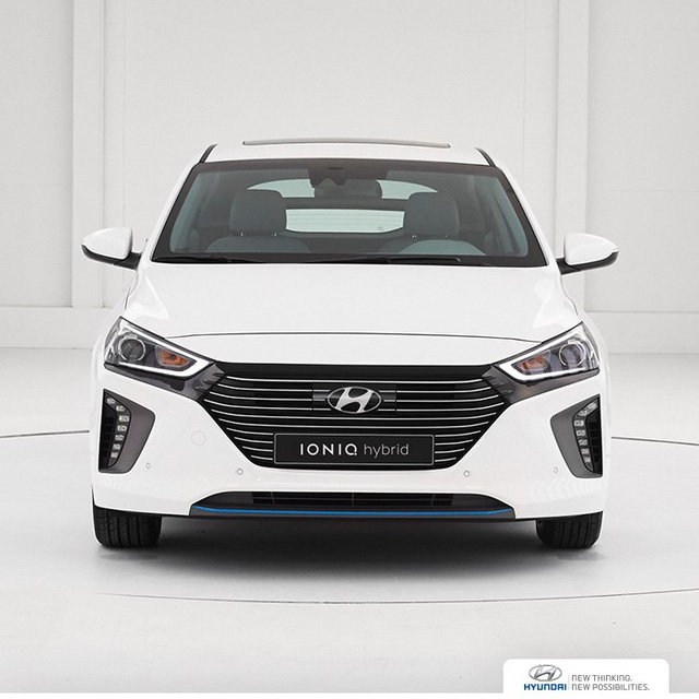 Trên đầu xe Hyundai Ioniq có lưới tản nhiệt hình lục giác mới, có thiết kế thanh mảnh, được sơn hai màu bạc và đen.