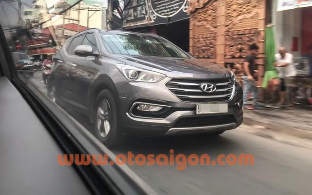Hyundai Santa Fe 2016 chạy trên đường Sài Gòn. Ảnh: Otosaigon