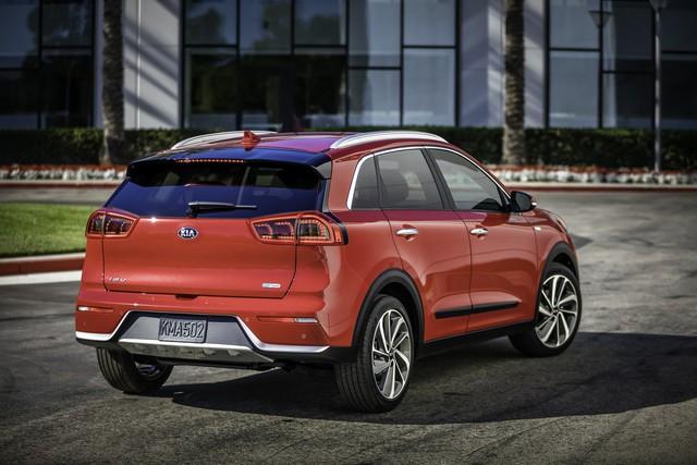 Hiện hãng Kia vẫn giữ kín thông số vận hành của Niro Hybrid 2017. Thay vào đó, hãng Kia chỉ xác nhận Kia Niro Hybrid 2017 có lượng nhiên liệu tiêu thụ trung bình 4,7 lít/100 km.