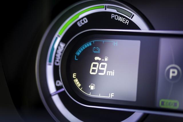 Chưa hết, hãng Kia còn trang bị nút bấm khởi động máy, cụm đồng hồ công nghệ cao, hệ thống thông tin giải trí UV3 với màn hình 7 inch, hỗ trợ ứng dụng Android Auto và Apple CarPlay cho Niro Hybrid 2017.