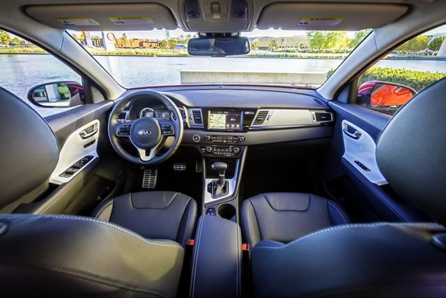 Hiện hãng Kia không đưa ra nhiều thông tin liên quan đến nội thất của Niro Hybrid 2017. Chỉ biết, bên trong Kia Niro Hybrid 2017 có vô lăng 3 chấu, các chi tiết màu trắng bóng bẩy và những điểm nhấn bằng kim loại.